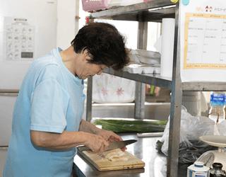 世話人スタッフによる炊事支援